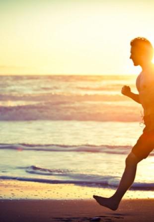 5 motive să alergi pe plajă